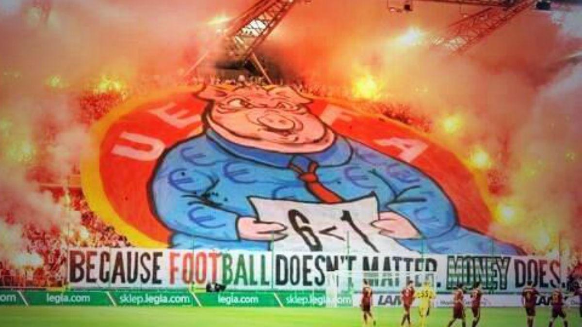 Los aficionados del Legia muestran un tifo contra la UEFA. (Twitter)