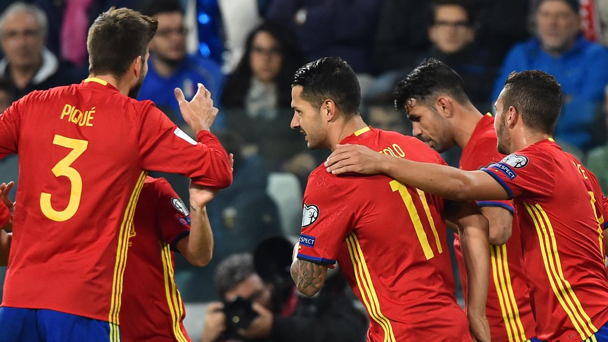 Varios jugadores de la Selección, celebrando el gol de Vitolo.