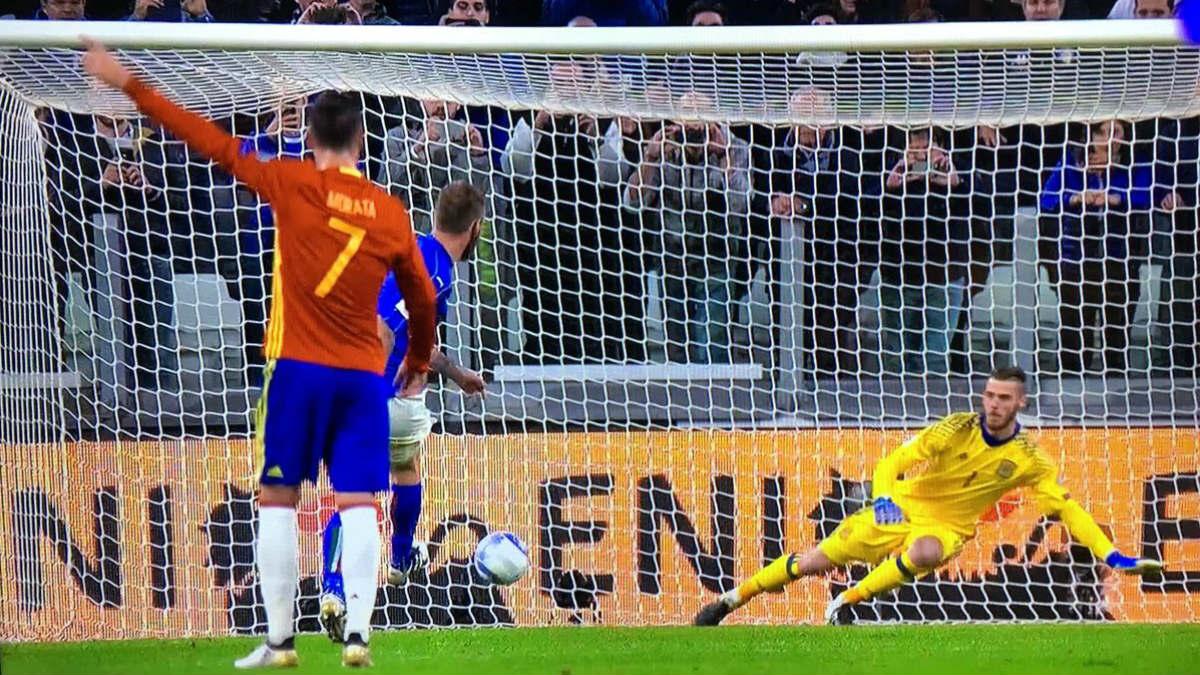 Morata señala con el dedo por donde va a ir el penalti.