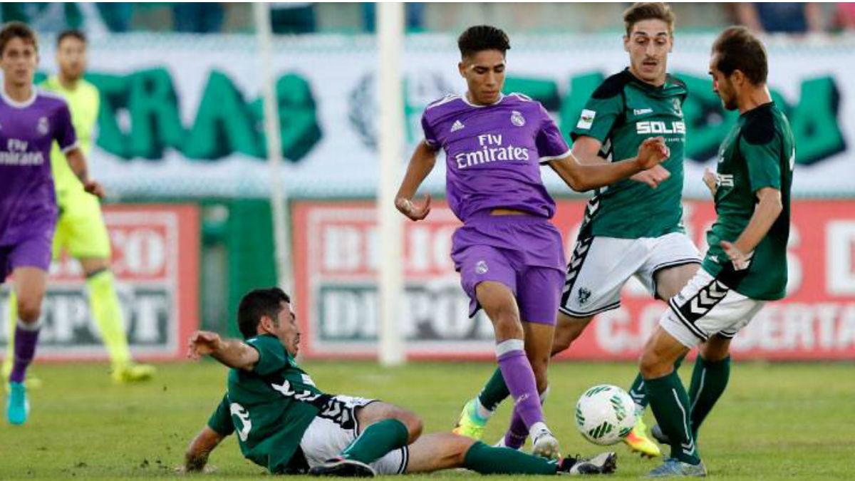 Achraf pelea por un balón ante el Toledo. (Realmadrid.com)