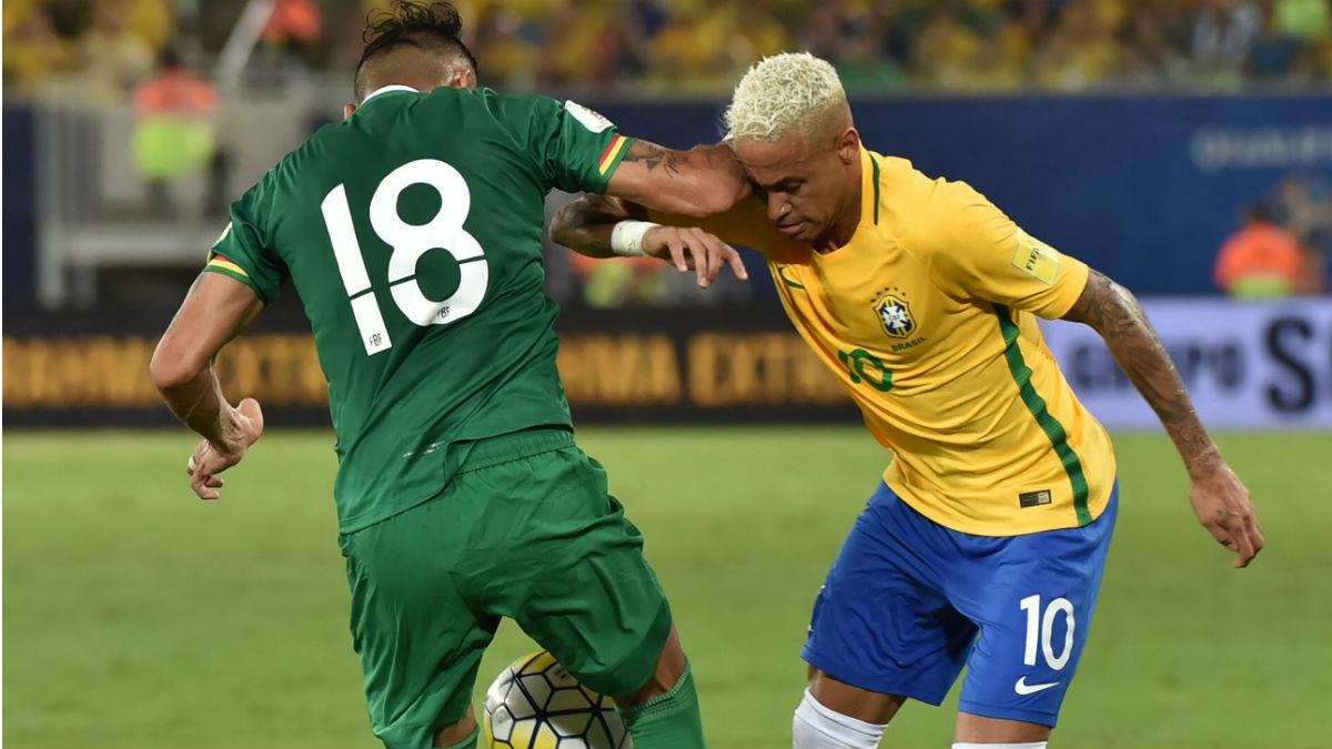 Neymar y Duk durante el Brasil-Bolivia. (Getty)