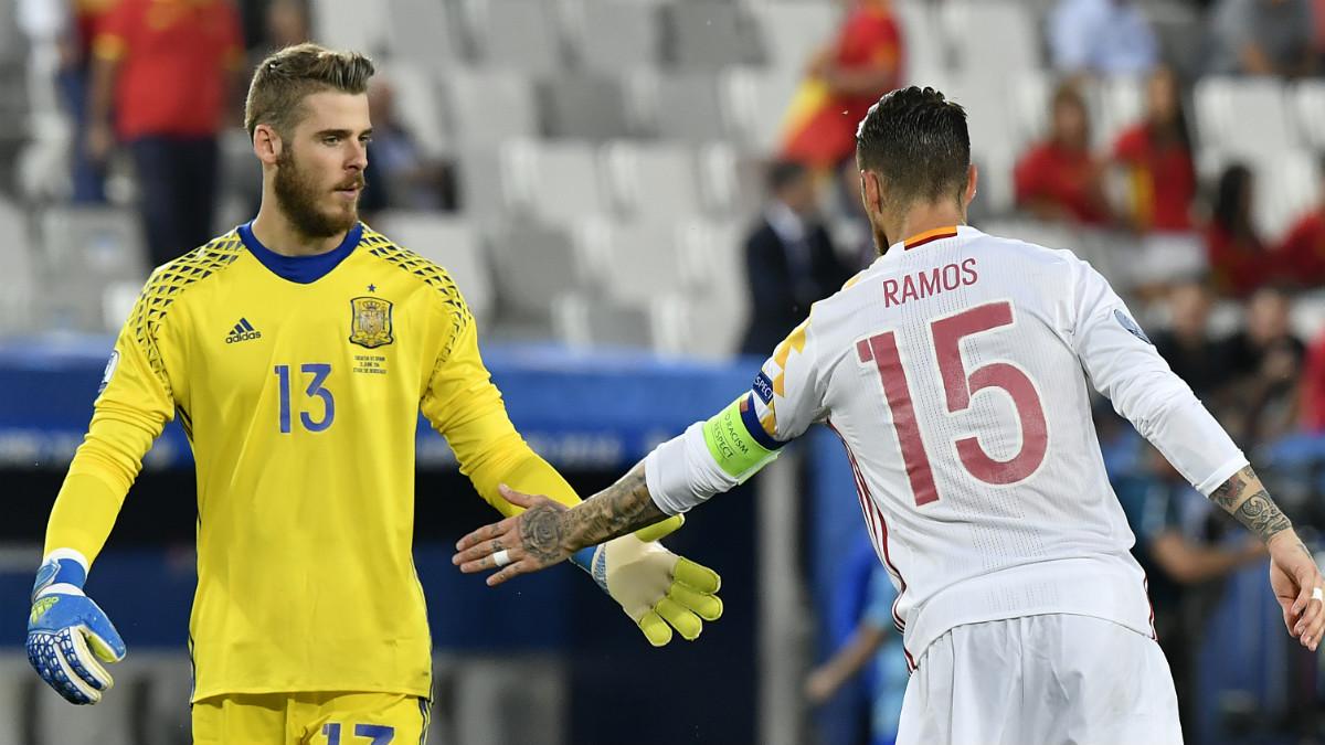 Sergio Ramos anima a De Gea tras encajar un gol. (AFP)