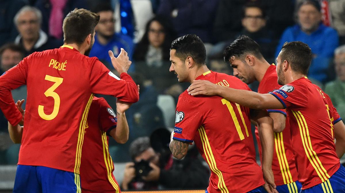 Los jugadores de España celebran un gol ante Italia. (AFP)