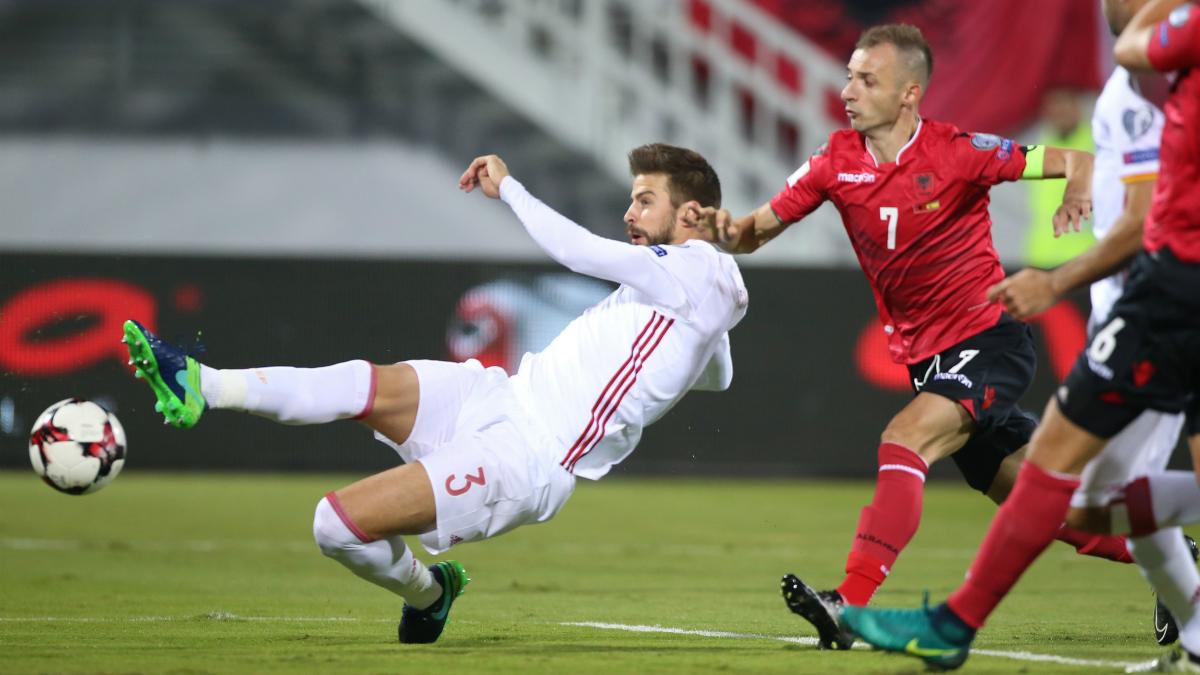 Piqué intenta rematar ante la mirada del defensor de Albania. (AFP)
