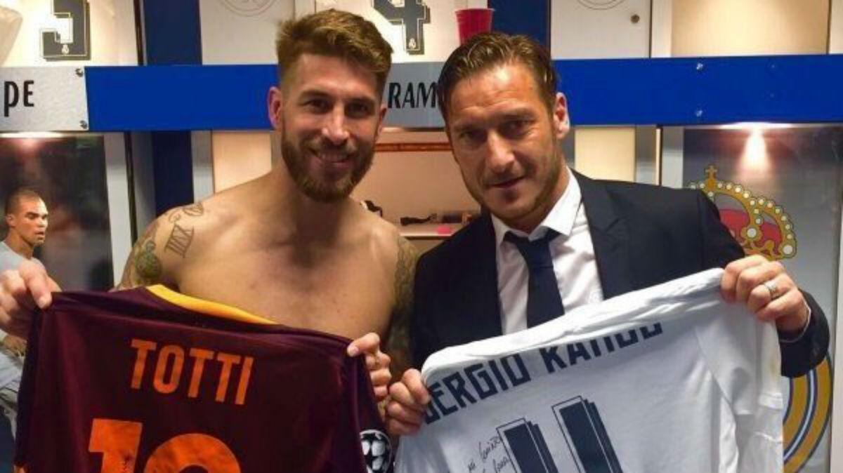 Sergio Ramos y Totti posan con sus camisetas.