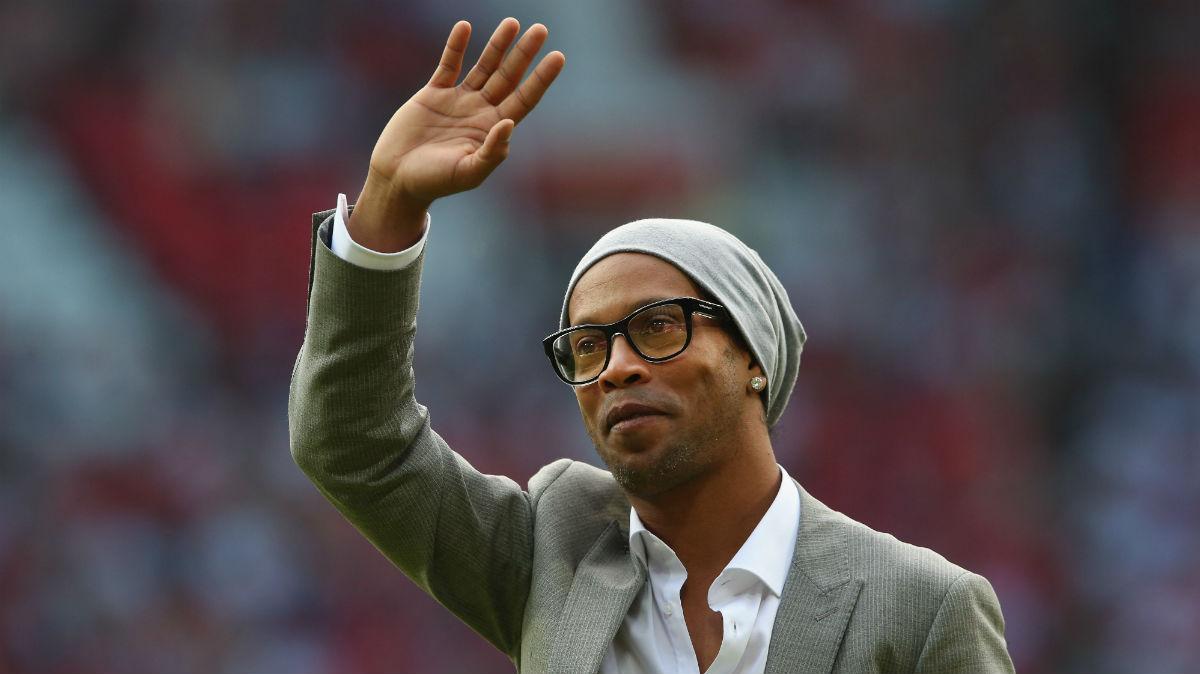 Ronaldinho saluda. (Getty)
