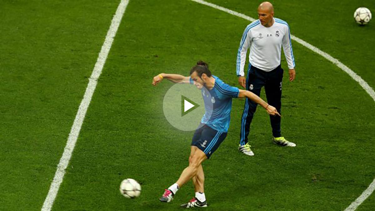 Zidane, atento al entrenamiento de Bale. (Getty Images)