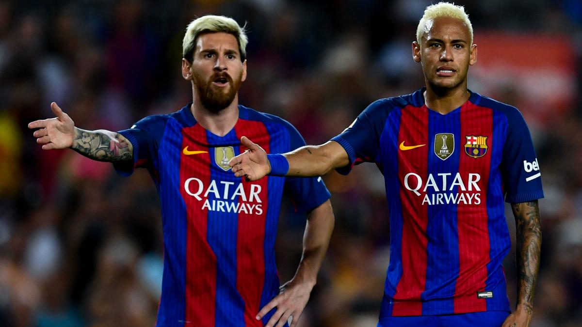 Neymar y Messi protestan una falta esta temporada. (Getty)