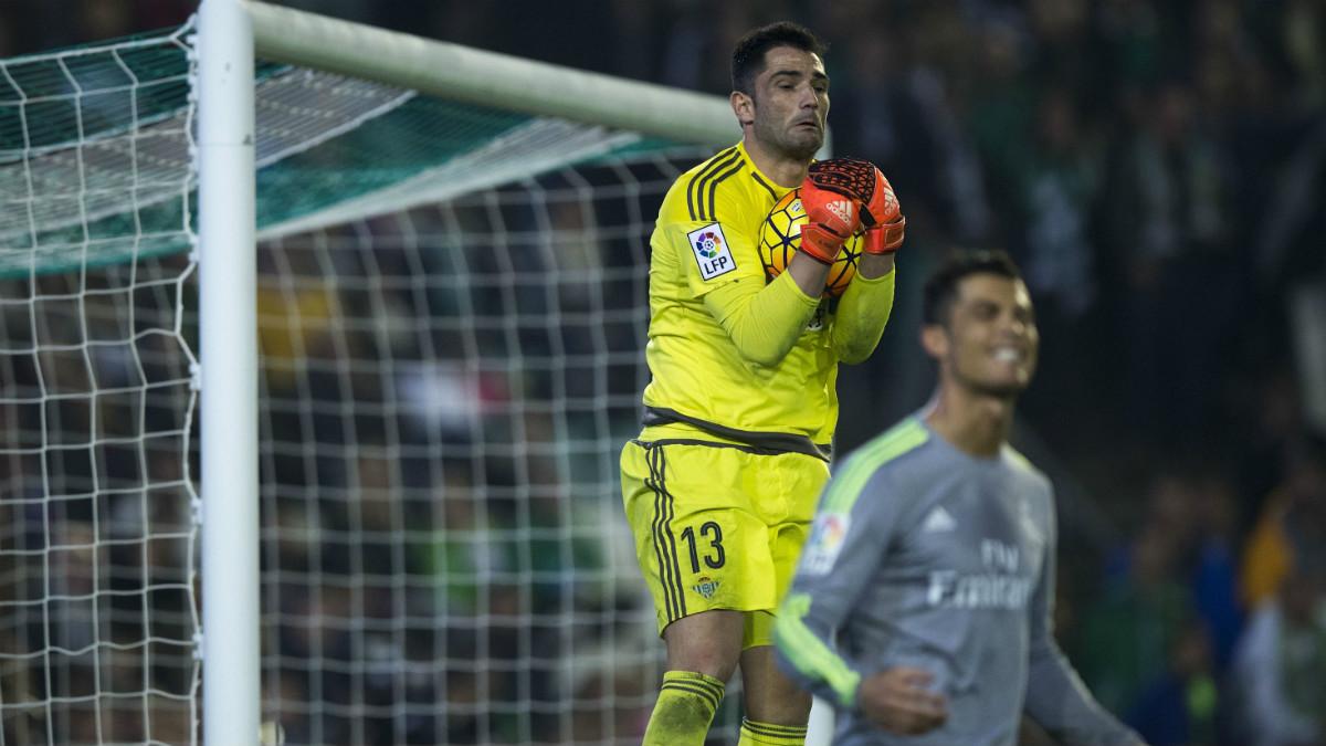 Adán atrapa un balón durante el Betis-Real Madrid de la pasada temporada. (Getty)