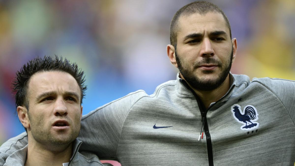 Benzema y Valbuena, en un partido de la selección francesa. (AFP)