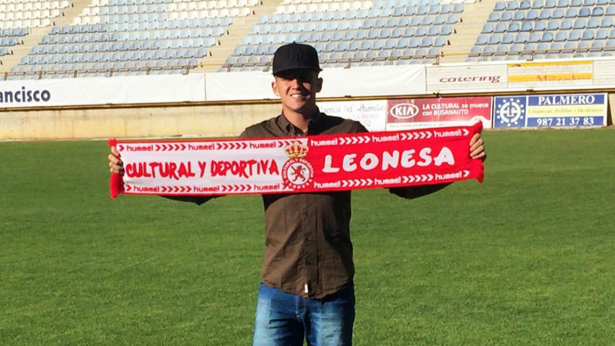 Jaime Moreno posa con la bufanda de la Cultural Leonesa.