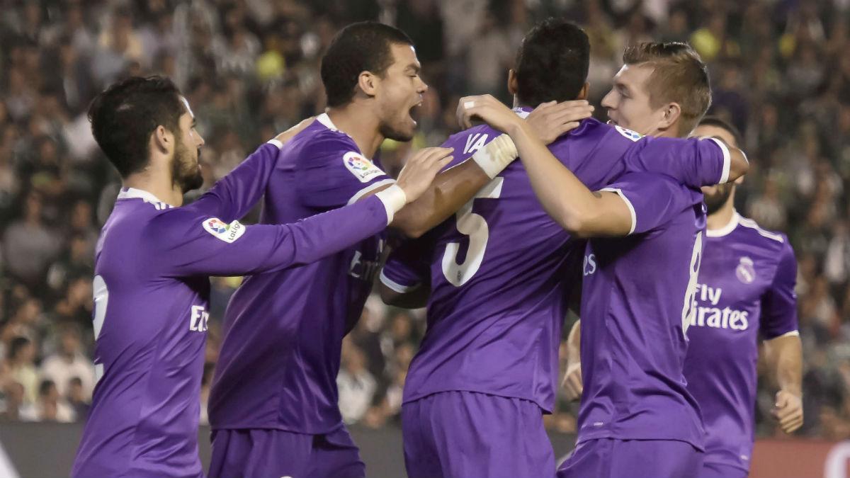 Los jugadores del Real Madrid celebran el gol de Varane. (EFE)