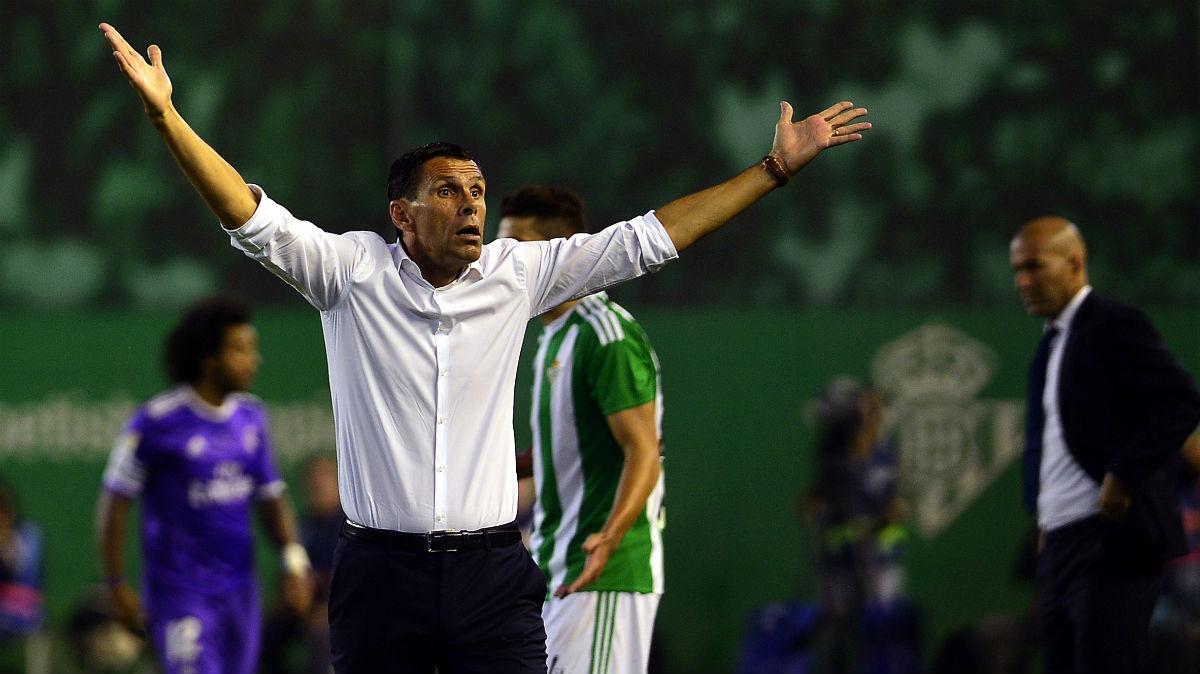 Gustavo Poyet protesta la acción que arreglo Pepe. (AFP)