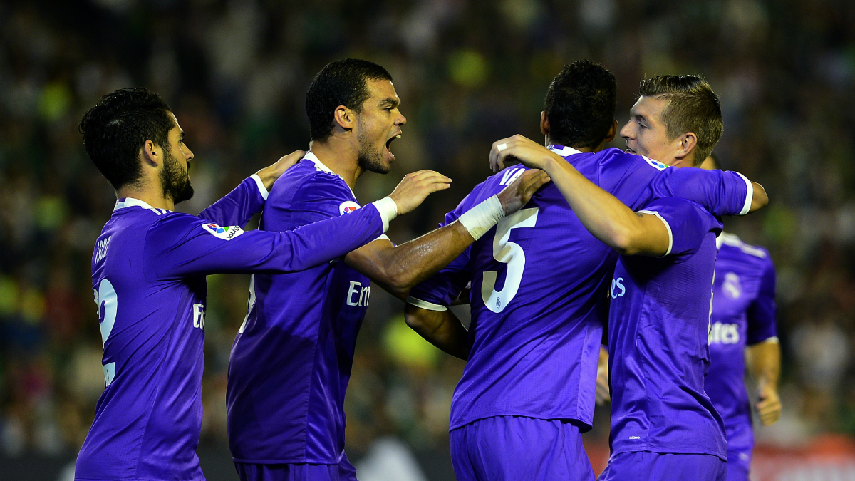 Los jugadores del Real Madrid celebran el gol de Varane. (AFP)
