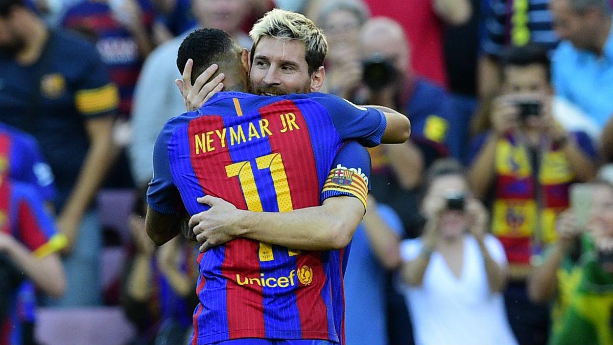 Messi se abraza a Neymar tras reaparecer con un gol. (AFP)