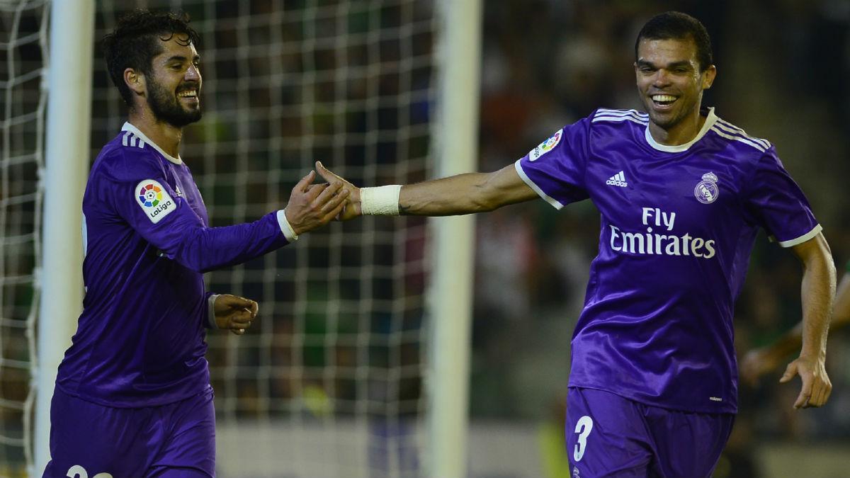 Pepe e Isco celebran el gol del malagueño. (AFP)