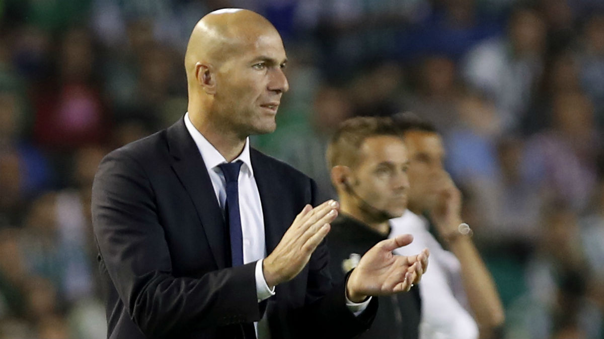 Zidane aplaude a sus jugadores en el Villamarín. (EFE)