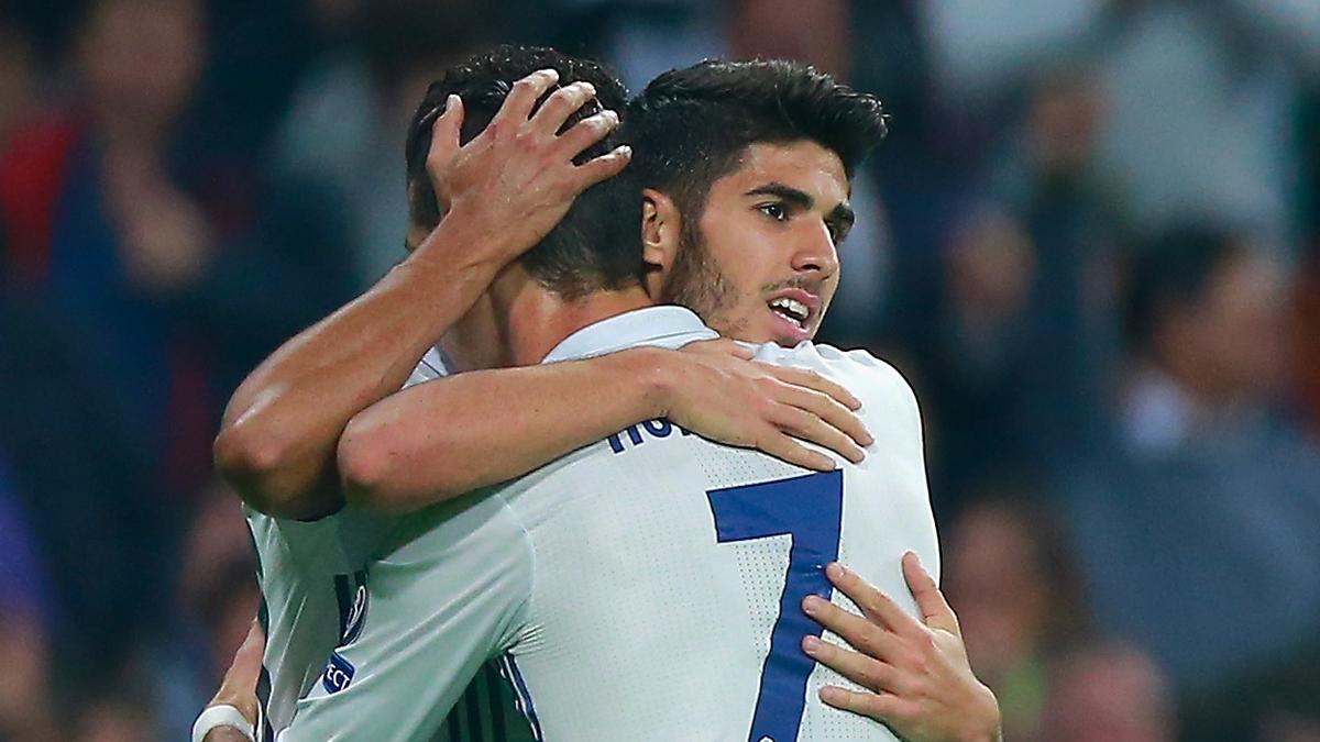 Asensio y Cristiano Ronaldo se abrazan tras el gol del mallorquín.
