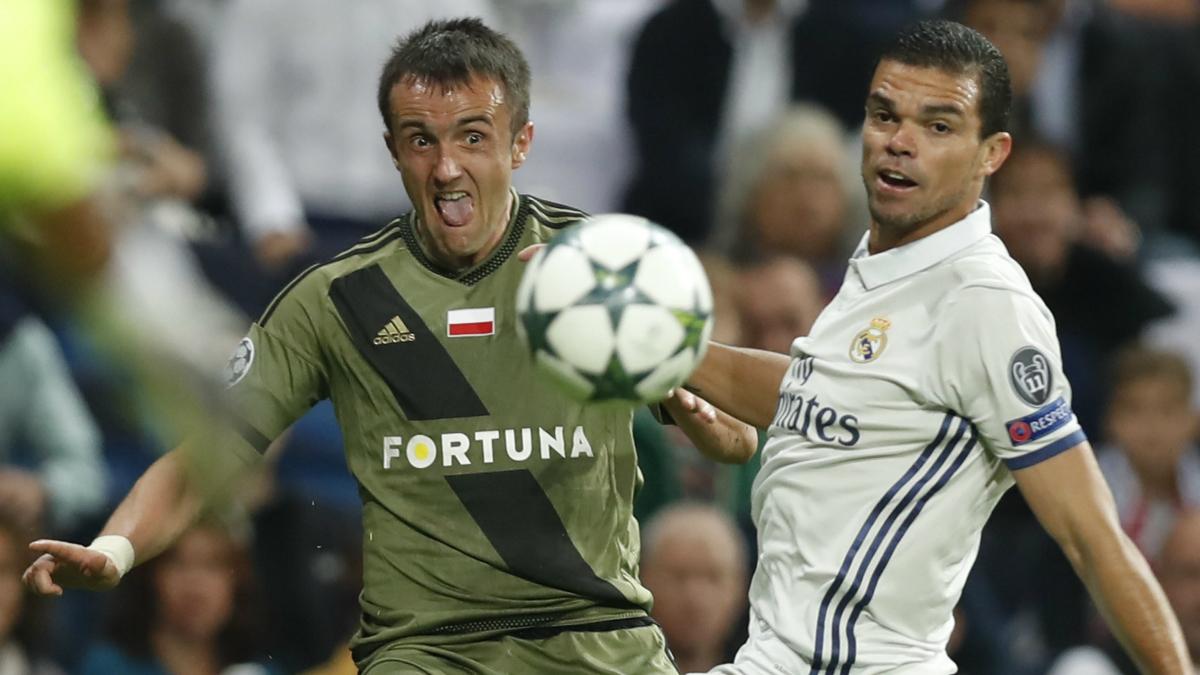 Pepe, en el encuentro entre el Real Madrid y el Legia Varsovia. (EFE)