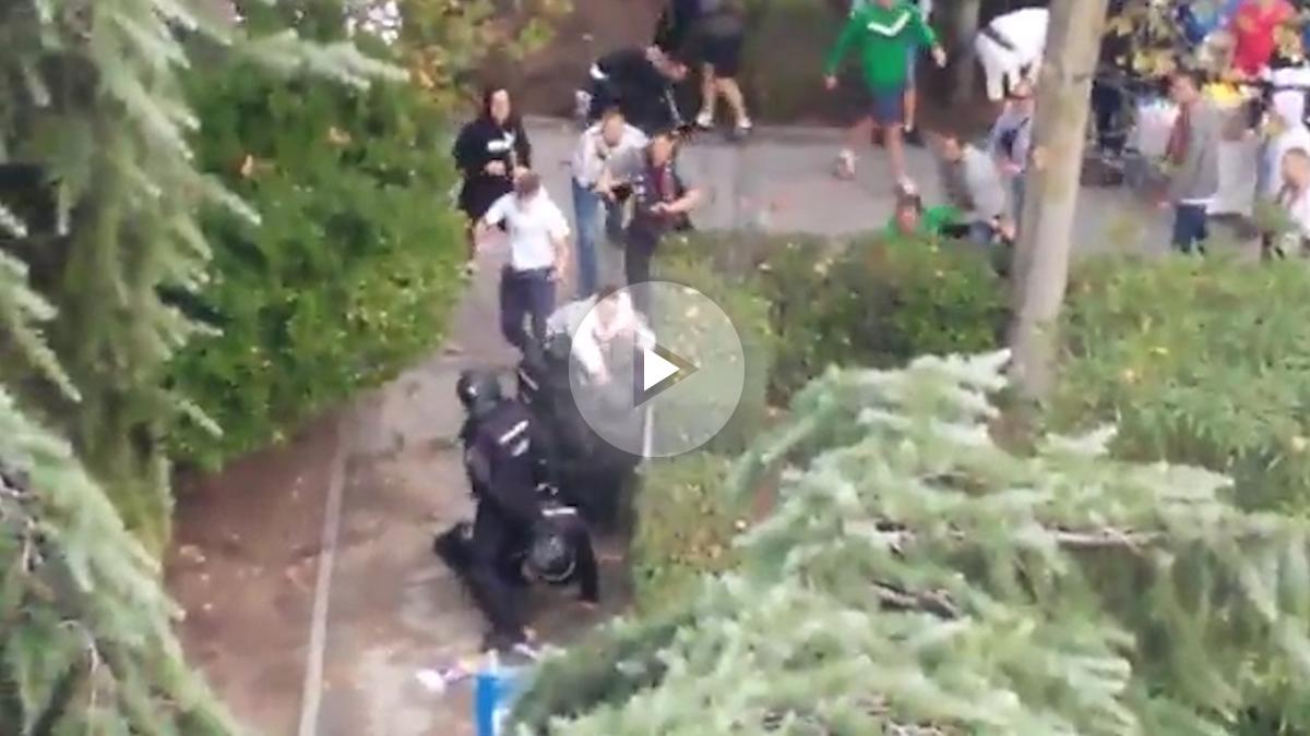 Los ultras del Legia agreden a un Policía.