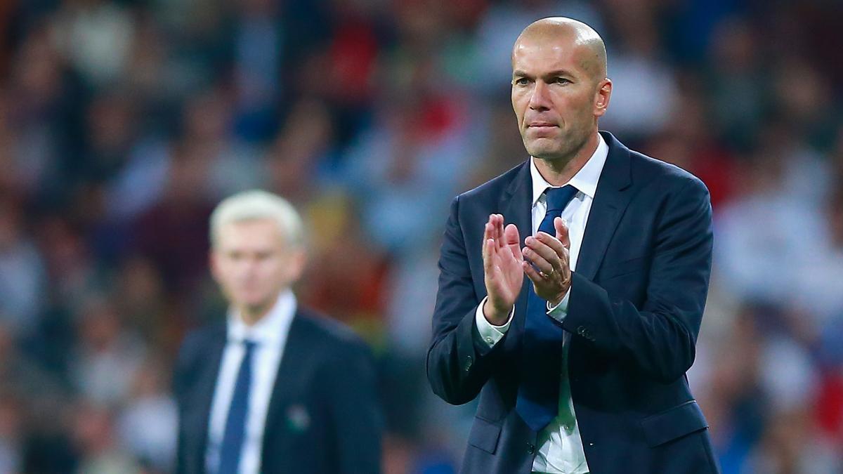 Zidane, aplaudiendo una acción de sus jugadores durante el partido ante el Legia.