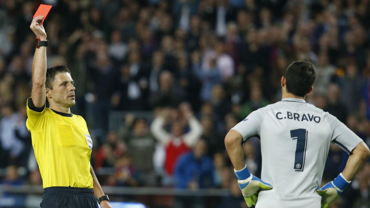 Mazic no dudó a la hora de expulsar a Bravo. (AFP)