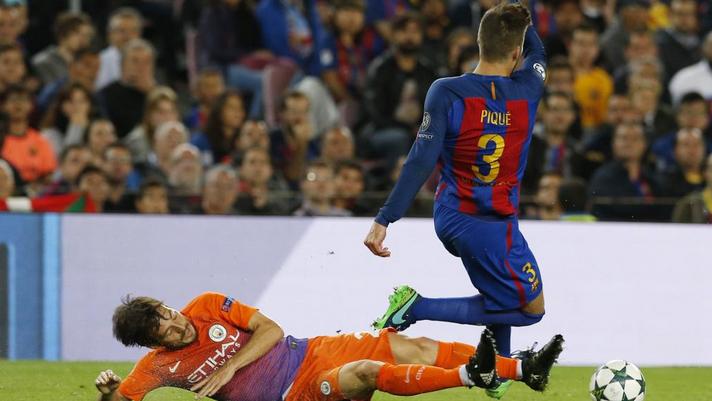 Silva realiza una dura entrada a Piqué.