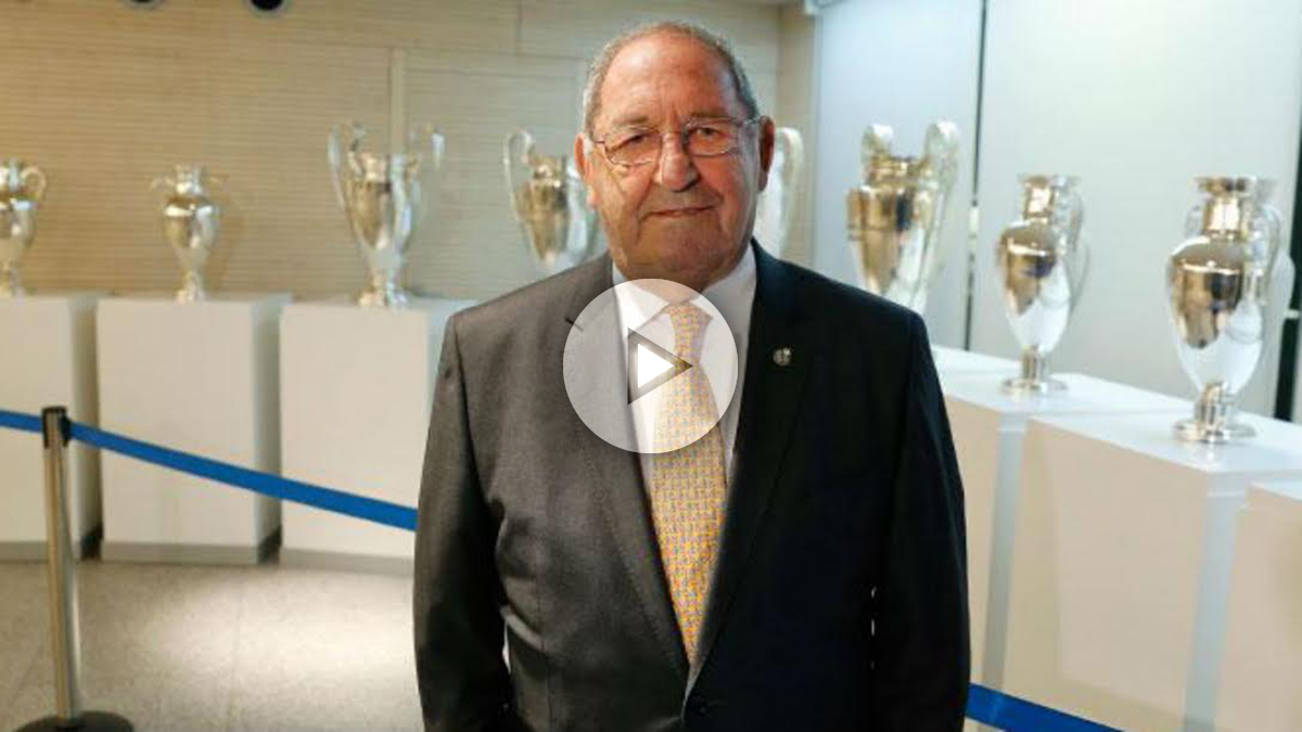 Gento posa con las Copas de Europa detrás. (Realmadrid.com)