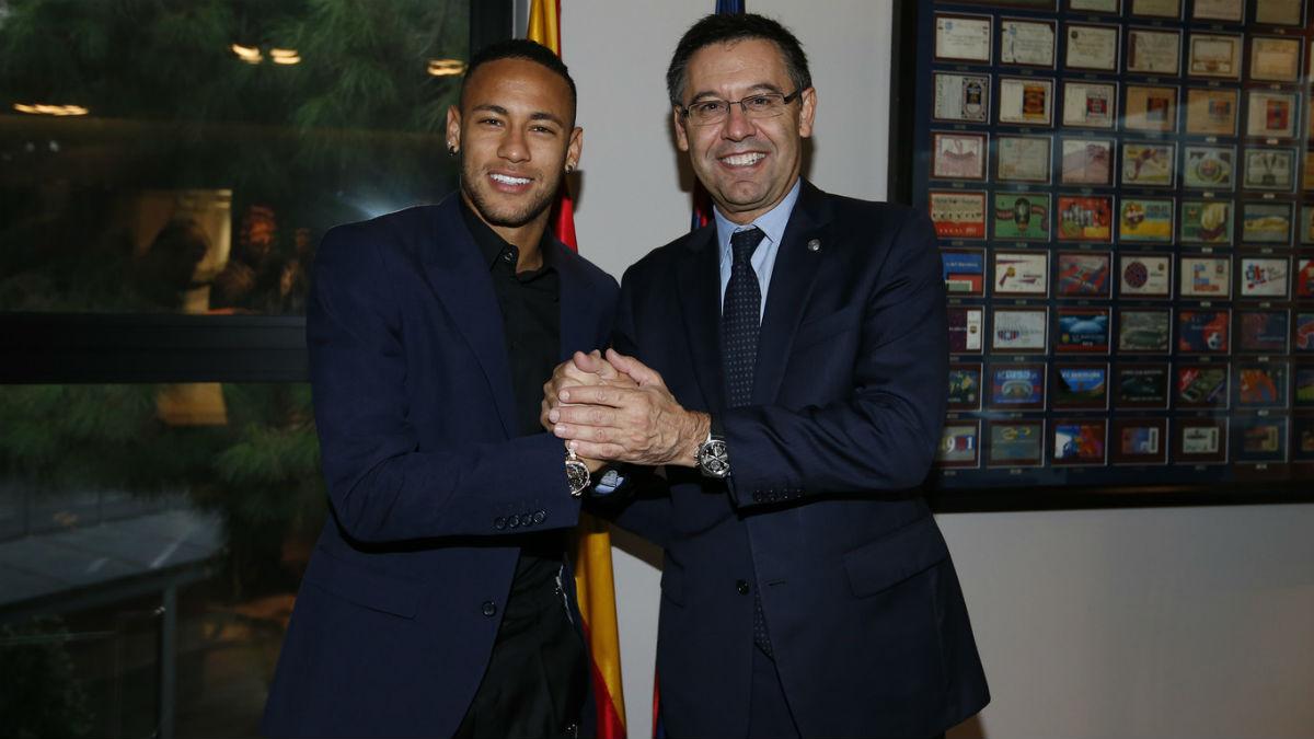 Neymar y Bartomeu tras la renovación del brasileño con el Barça. (fcbarcelona.es)