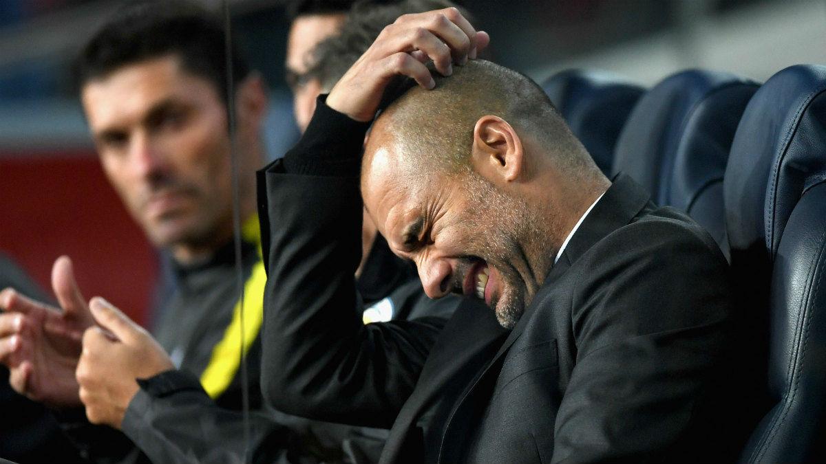 Pep Guardiola se lamenta en el banquillo del Camp Nou. (Getty)