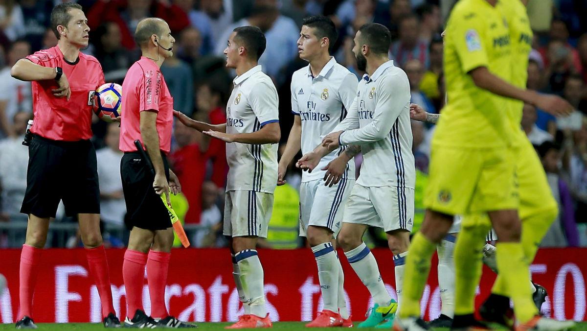 Los jugadores del Real Madrid protestan al colegiado. (Getty)