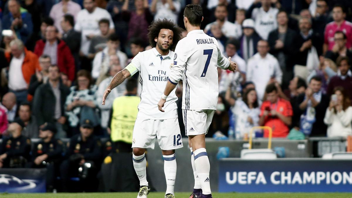 Cristiano Ronaldo y Marcelo chocan tras el gol del segundo. (Getty)