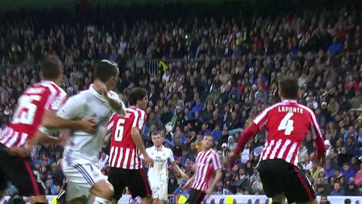 Cristiano pidió penalti.