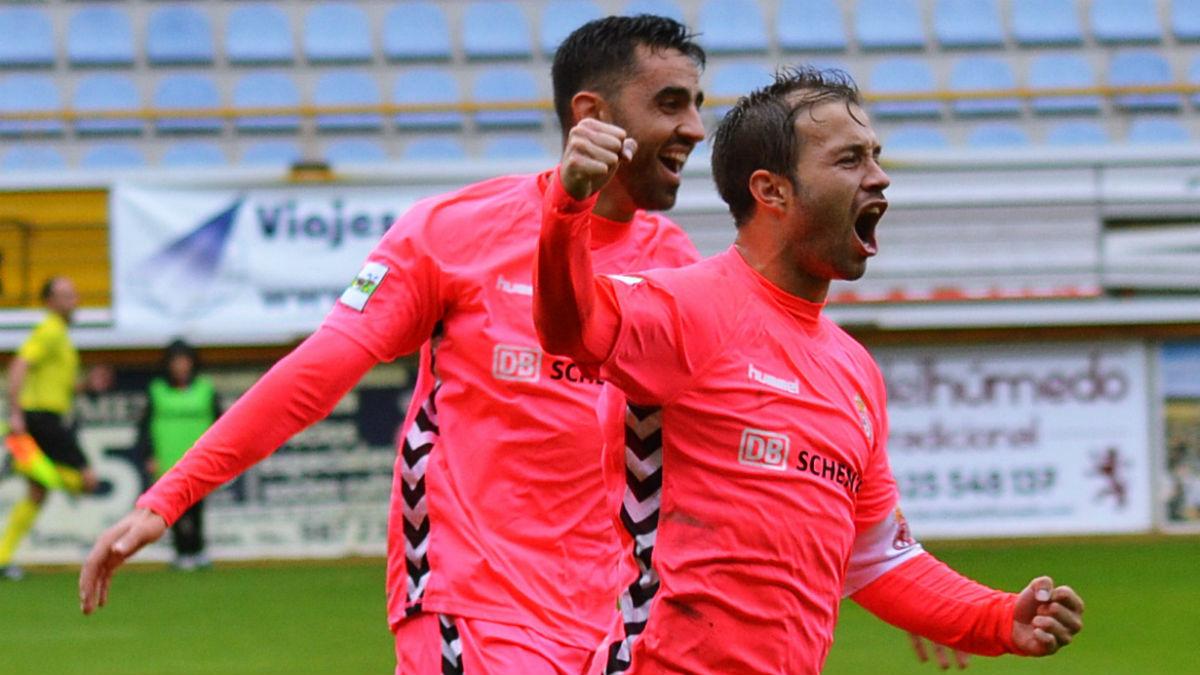 Antonio Martínez celebra un gol con la Cultural. (Fuente: Cultural y Deportiva Leonesa)