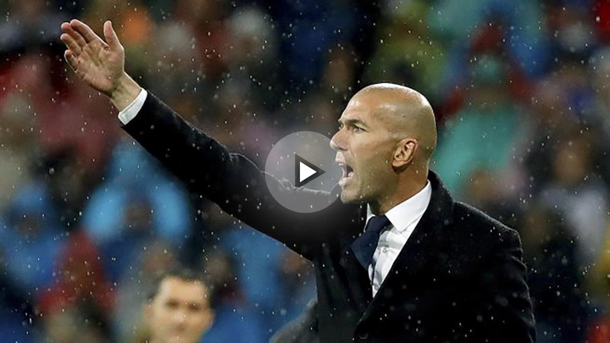 Zidane, dando órdenes durante el partido contra el Athletic.