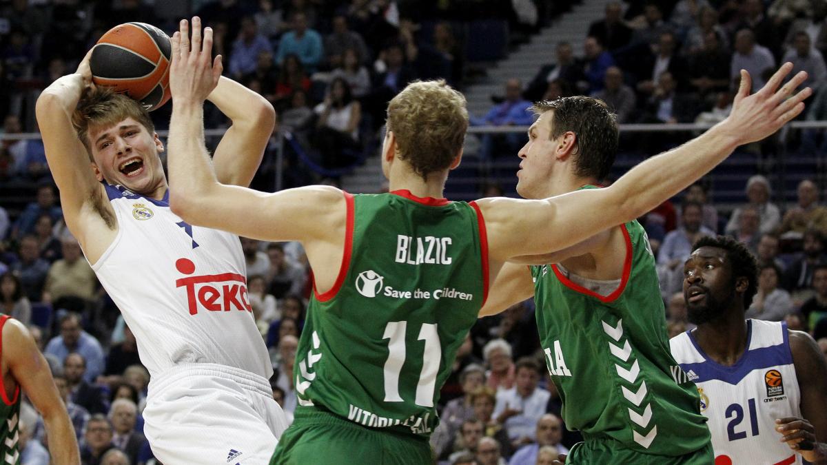Luka Doncic, rodeado por dos jugadores de Baskonia. (EFE)
