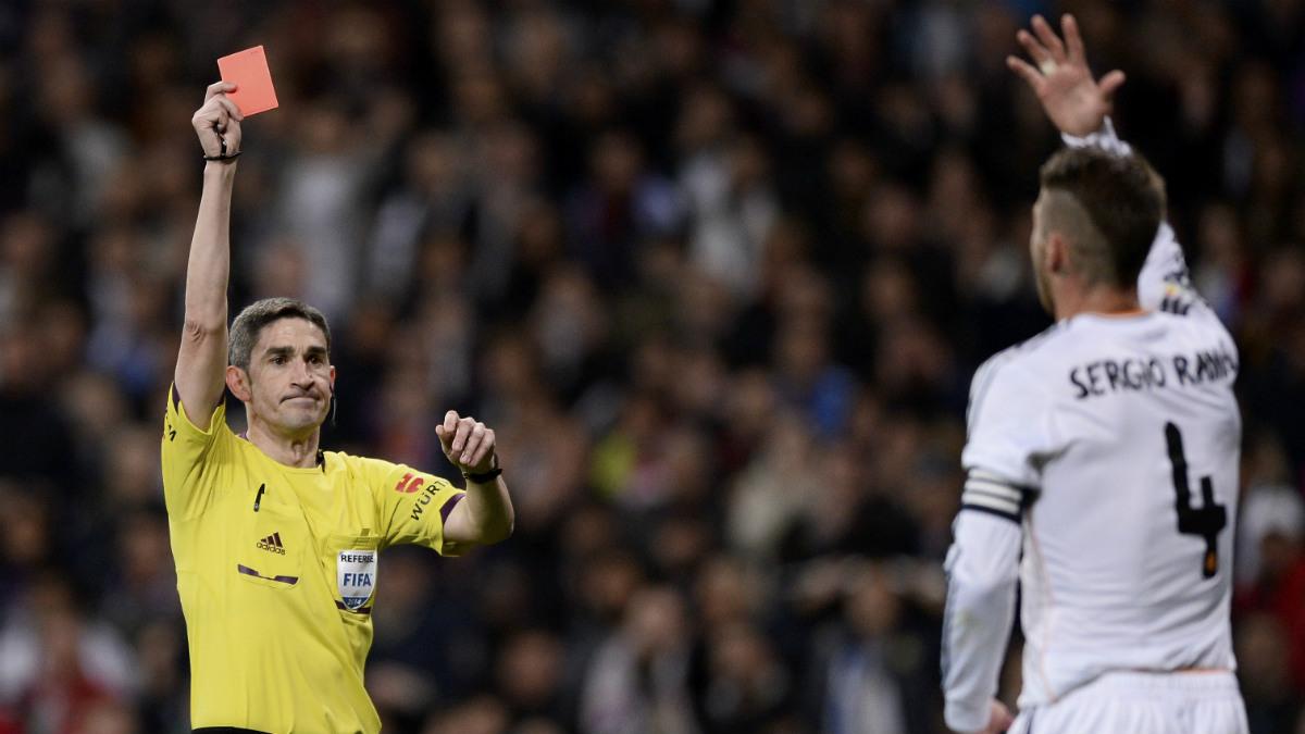 Undiano expulsa a Sergio Ramos en un Clásico reciente. (EFE)