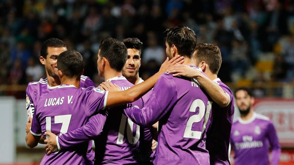 Los jugadores del Real Madrid celebran el primer gol a la Cultural. (realmadrid.com)