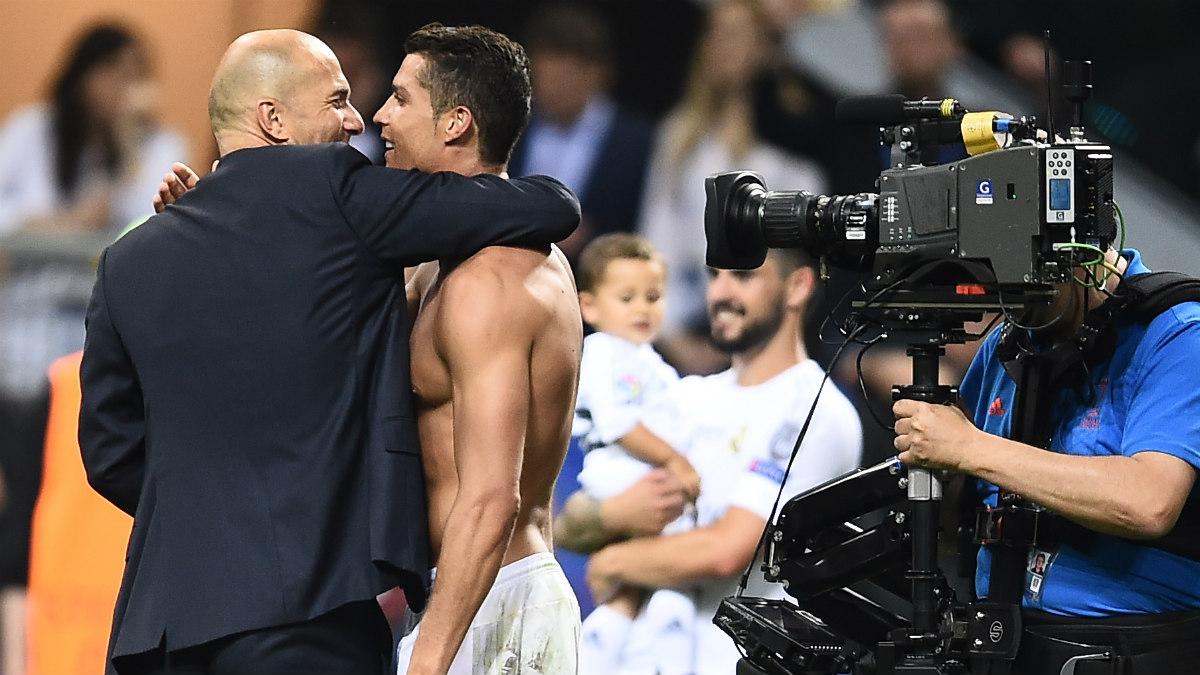 Zidane abraza a Cristiano tras ganar La Undécima. (AFP)