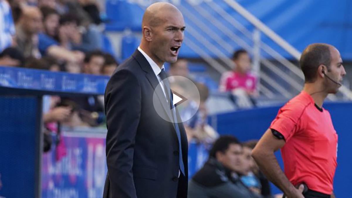 Zinedine Zidane anima a sus jugadores con el cuarto árbitro de fondo. (EFE)
