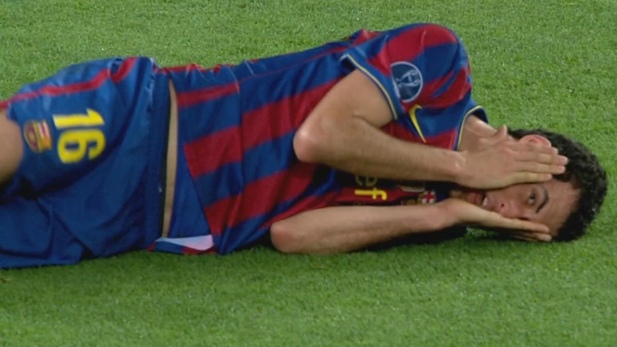 Sergio Busquets, tirado en el suelo fingiendo una dolencia.