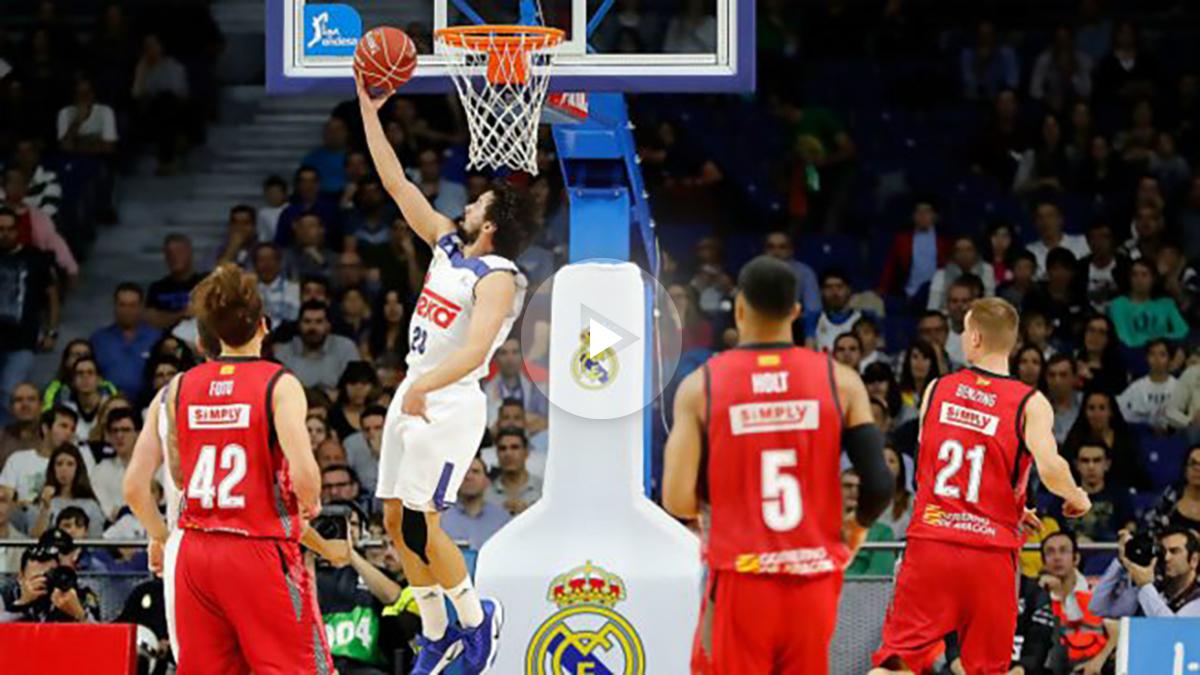 Sergio Llull entra a canasta ante la mirada de los jugadores del Zaragoza. (ACB)