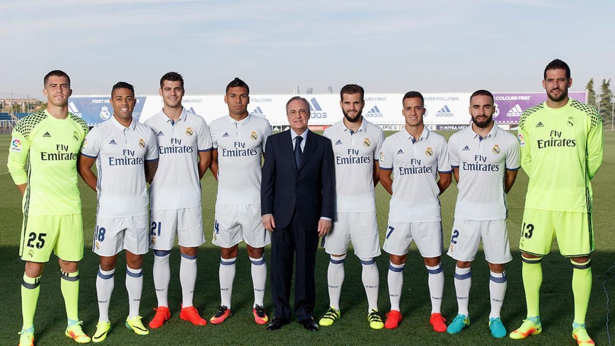 Los canteranos del Real Madrid posan junto a Florentino Pérez. (Realmadrid.com)