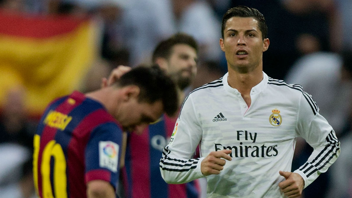 Cristiano Ronaldo y Messi en un Clásico. (Getty)