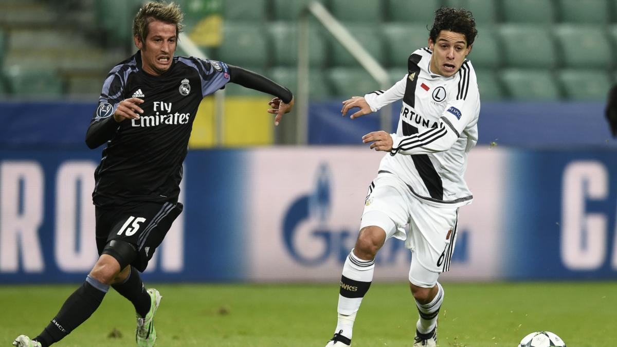 Coentrao persigue a Guilherme en un lance del Legia vs Real Madrid. (AFP)