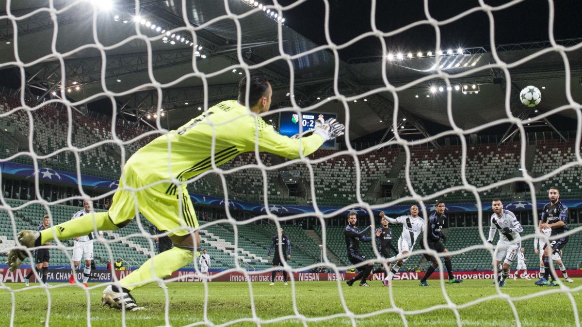 Keylor Navas, justo antes de encajar el primer gol ante el Legia. (AFP)
