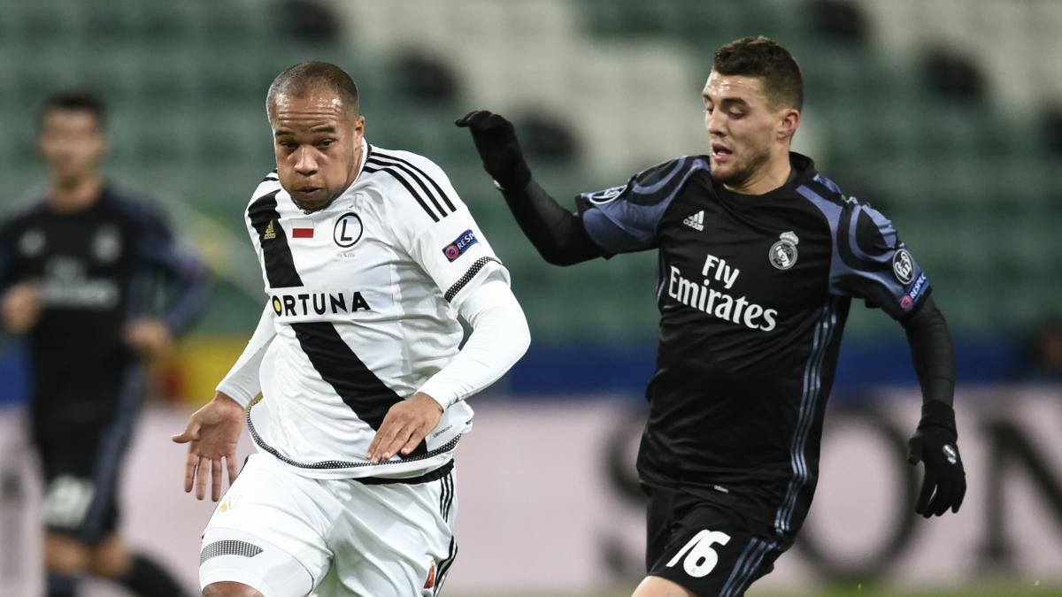 Kovacic persigue a Odjidja-Ofoe en el Legia-Real Madrid. (AFP)