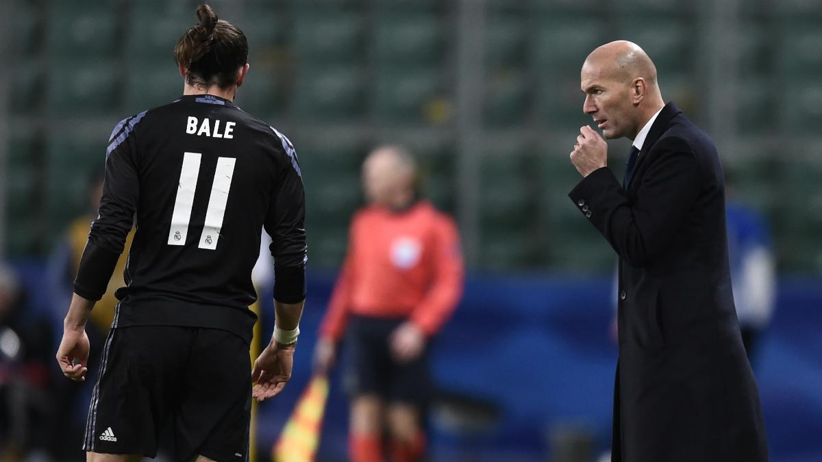 Zidane habla con Bale en Varsovia. (AFP)