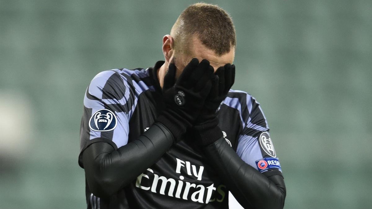 Benzema se lamenta tras una ocasión ante el Legia. (AFP)
