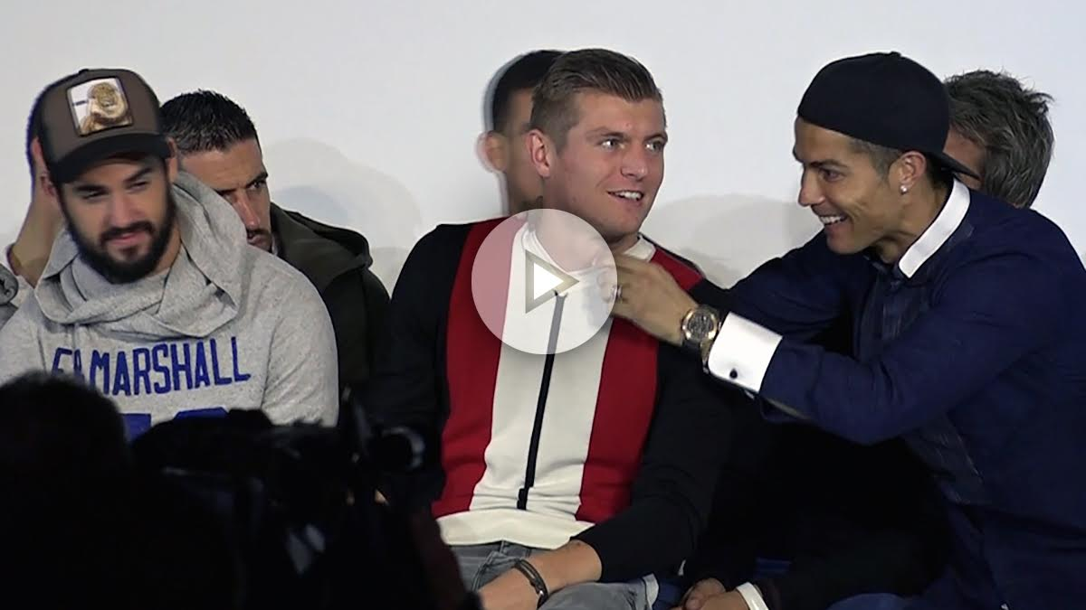 Cristiano Ronaldo intenta arrancar un pelo a Kroos.